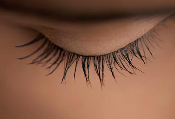 چشم های زیبا- حرکت صاف برای جلوگیری از بهم چسبیدن مژه ها- برنافیت